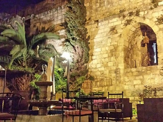 Nafoura: Gartenbereich Nafoula Restaurant