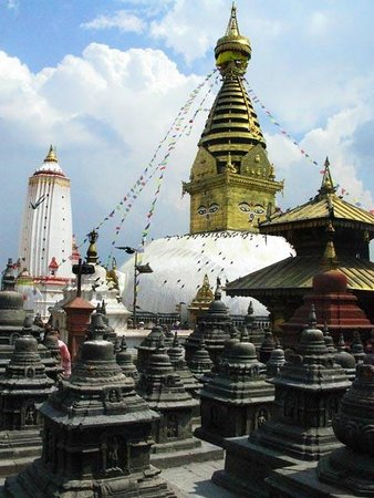 Temple de Swayambunath : Temples and shrines at the top
