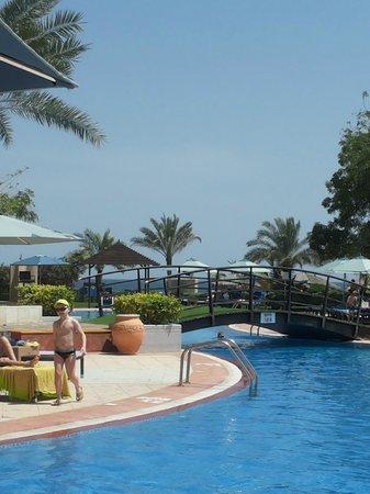 Le Meridien Al Aqah Beach Resort: Pool billede med den Persiske Golf i baggrunden