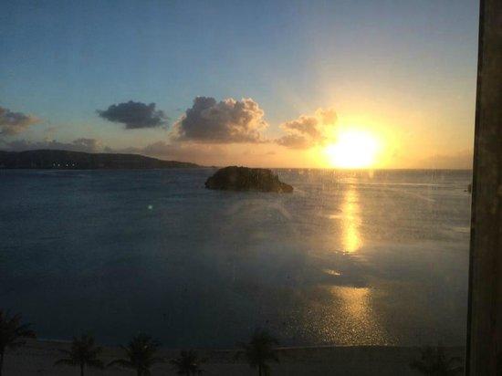 Onward Beach Resort: アルバット島と夕日