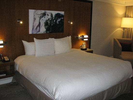 PULLMAN Miami Airport hotel: Very comfy bed.