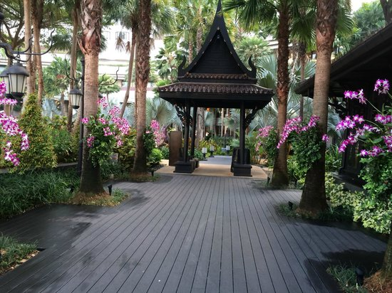 Shangri-La Hotel,Bangkok: Looking back towards grounds from the hotel's Thai Restaurant
