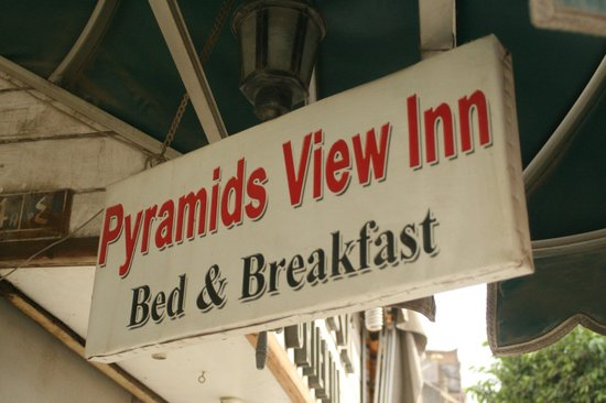Pyramids View Inn: Sign at the road-little hard to see