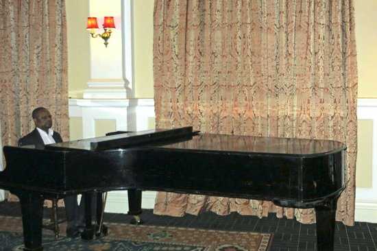 Livingstone Room at Victoria Falls Hotel: The pianist