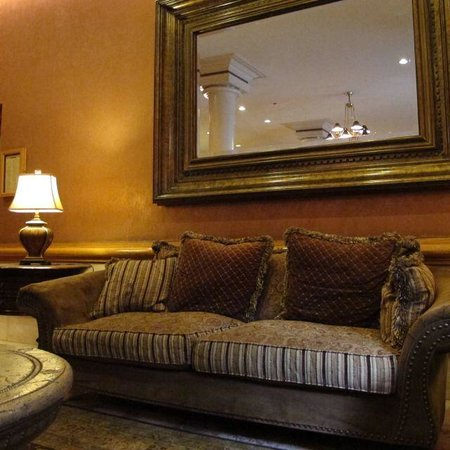 The Lucerne Hotel: Lobby - comfortable and nostalgic
