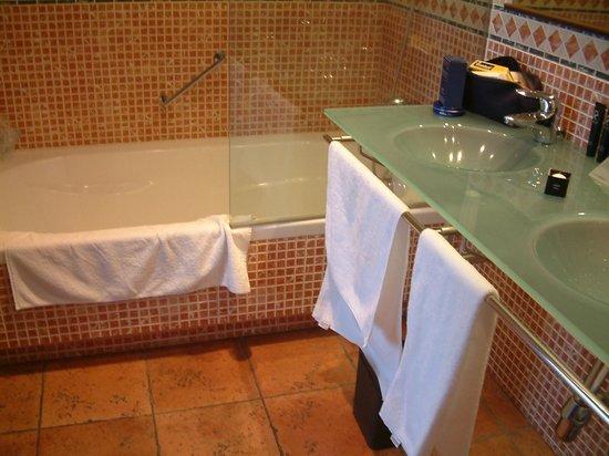 AC Palacio del Carmen, Autograph Collection: batrh & shower, sinks
