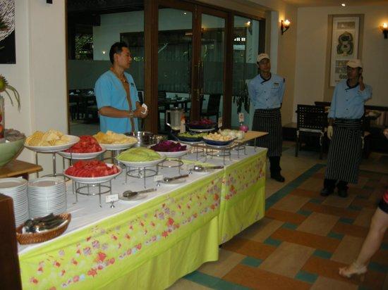 Ravindra Beach Resort & Spa: Стол с фруктами на завтраке
