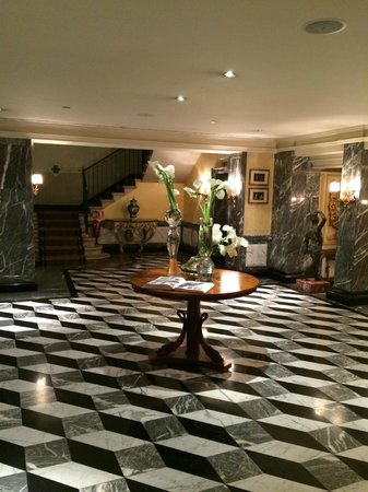 The Westin Europa & Regina, Venice: Beautiful lobby with Murano Crystal everywhere.