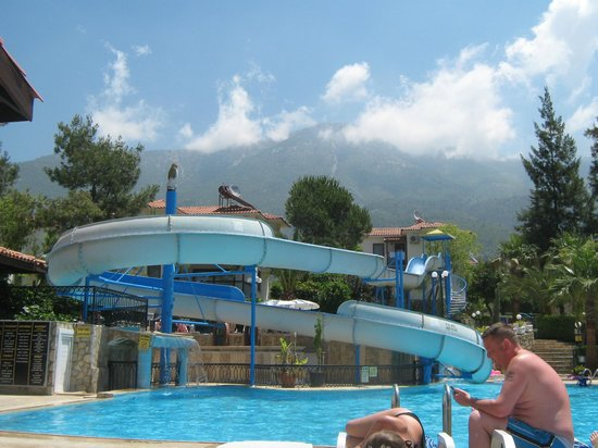 Orka Club Hotel & Villas : view of the mountain by the pool