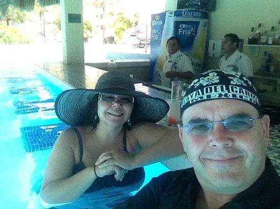 The Royal Caribbean: Swim up bar