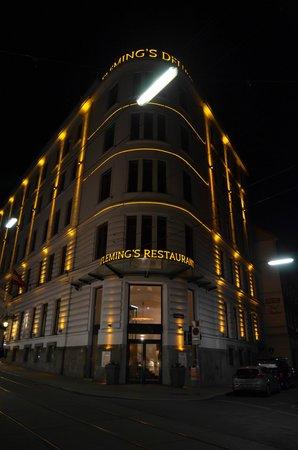 Fleming's Deluxe Hotel Wien-City : Vorderseite des Hotels mit Eingang zum Hotelrestaurant