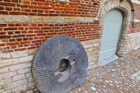 De Abdijmolen: oude molensteen
