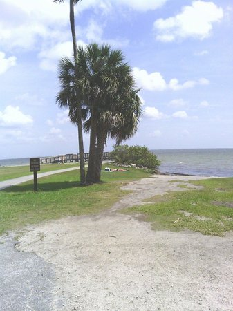 Manatee Hammock Campground: Veiw of the Induan river and pier