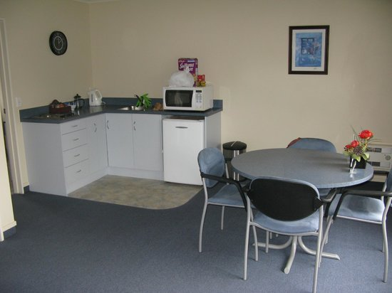 Centre Court Motel : Kitchenette and dining area