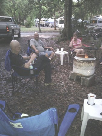Manatee Hammock Campground: Sitting around the campfire