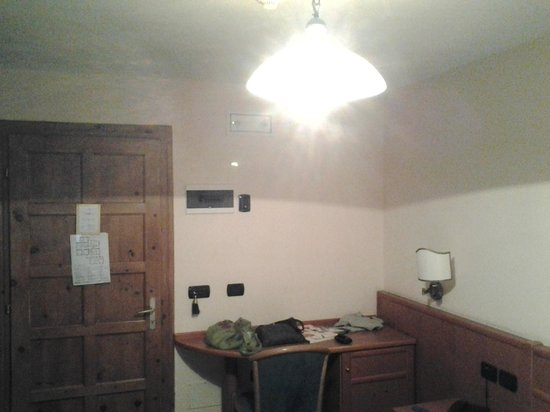 Hotel Alpina : camera con lampadario