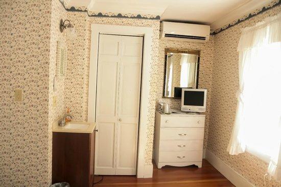 The Ogunquit Inn : Room 2 - Queen Bed - Private Bath