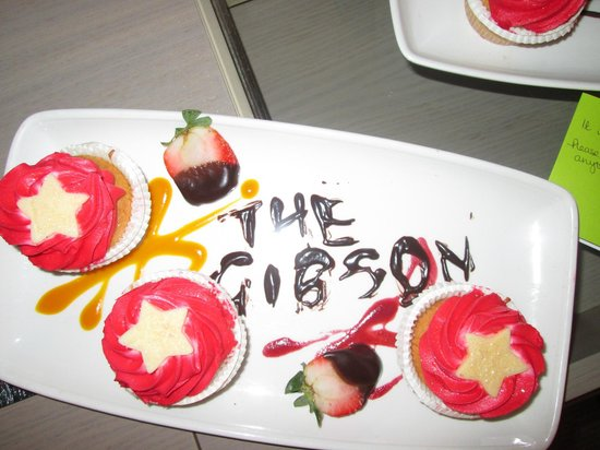 The Gibson Hotel: Welcoming cakes