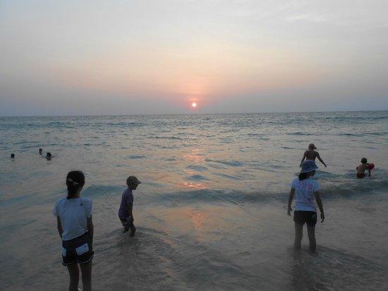 The Chava Resort: スリンビーチの夕日