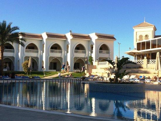 Old Palace Resort: Blick über den Ruhepool zu den neuen Chalet-Zimmern