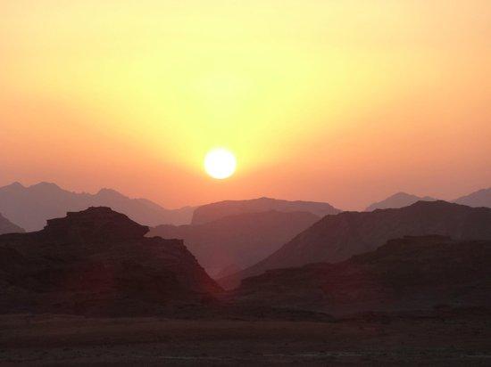 Wadi Rum Lovers Camp: Sunset in wadi rum