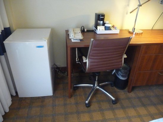 Four Points by Sheraton Los Angeles International Airport: Fridge plus desk