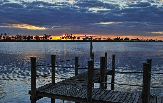 DoubleTree Suites by Hilton Tampa Bay : View from the parking lot and rooms at Sunset- causeway to St Pete and Clearwater beaches