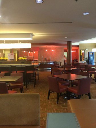 Courtyard Los Angeles Burbank Airport : Dining area (breakfast is $11/person)