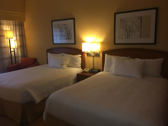 Courtyard Los Angeles Burbank Airport : Double beds and artwork