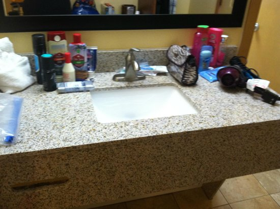 Rocky Waters Motor Inn: Our sink!