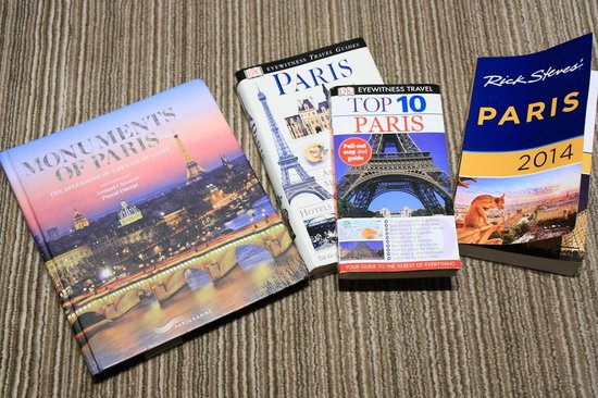 Hotel de Londres Eiffel: Twin Room - Travel Guide Books Borrowed From Hotel's 'Library'