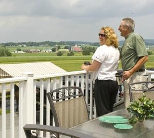 Inn at Kitchen Kettle Village: Enjoy your morning coffee on the porch at The Grand View Suite!