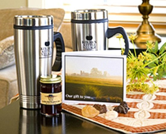 Inn at Kitchen Kettle Village: Take home travel mugs for all lodging guests
