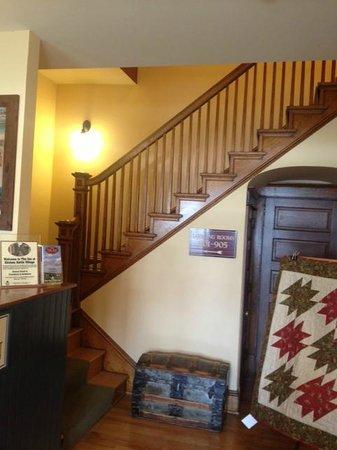 Inn at Kitchen Kettle Village: The Inn's Lobby area
