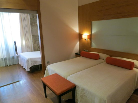 Altair Hotel: Vista sulla stanza doppia col divano letto