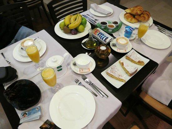 Altair Hotel: L'ottima colazione con torte e marmellate locali