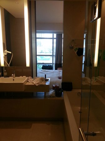 Pullman Bangkok King Power : bagno, camera e piscina