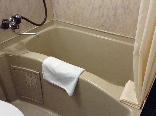 Hotel MyStays Nippori: small bathub