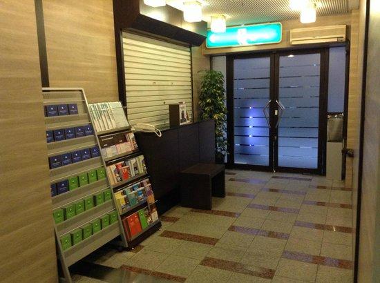 Hotel MyStays Nippori : lobby area, still close at 6am