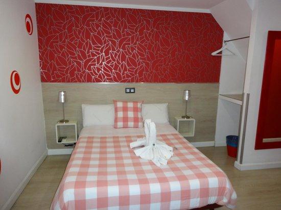 Hostal Madrid Inn : le lit avec à droite l'espace pour les habits