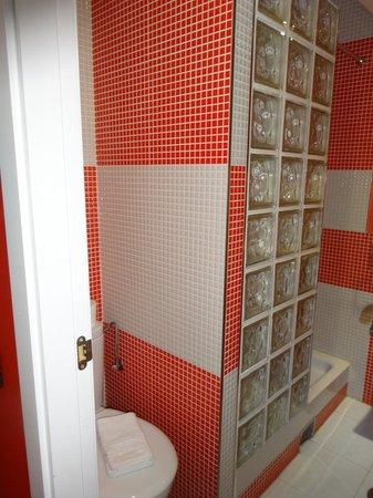 Hostal Madrid Inn: l'espace toilette à côté de la douche