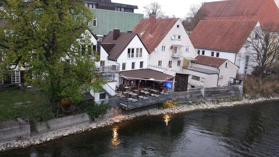Vierwasser: die terrasse am fluss