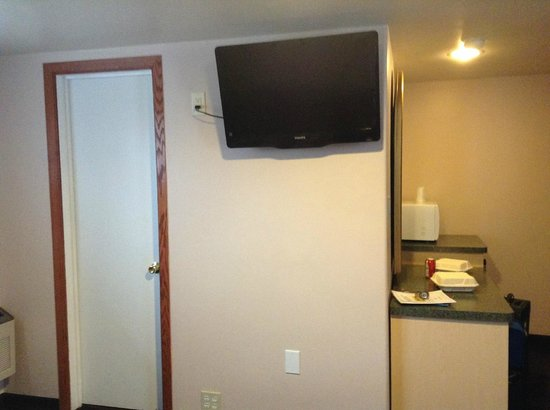 Glenwood Springs Inn : flat screen tv but only a few channels