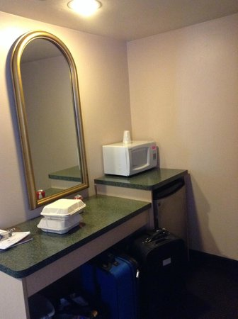 Glenwood Springs Inn : microwave and minifridge