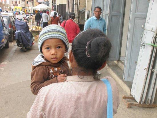 Analakely Market: Покупательница с ребенком
