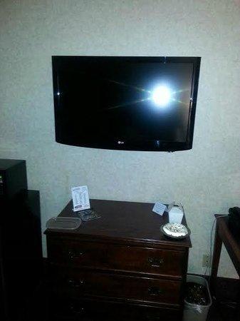 LivINN Hotel Minneapolis North / Fridley : Big TV