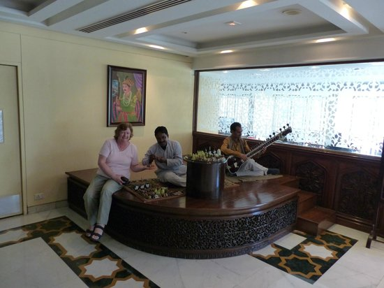 The Gateway Hotel, Agra: Sitarh player and local craft artist