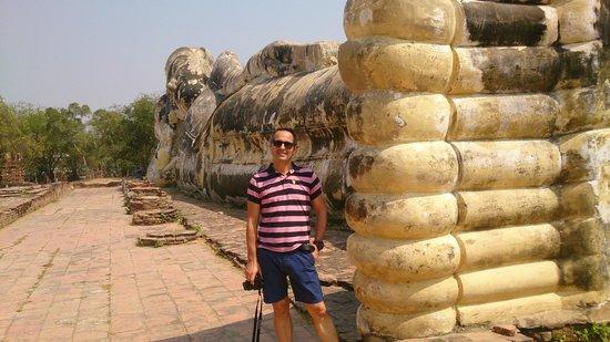 Temple of the Reclining Buddha (Wat Lokayasutharam) : Olha eu junto ao Buda reclinado (será desta que é publicada??)
