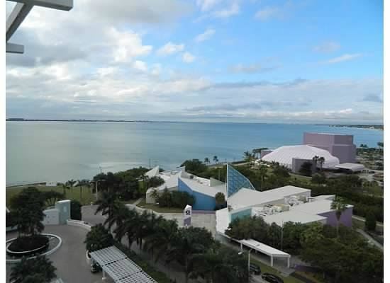 Hyatt Regency Sarasota: View from our top floor room above the hotel entrance