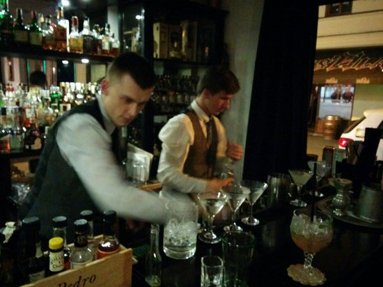 Modra mys Cocktail bar: Bartenders in action.